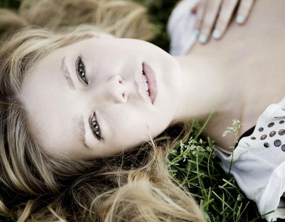 mujer recostada en el pasto