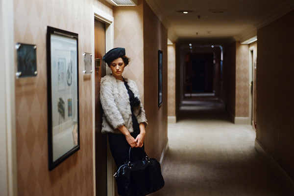 mujer en pasillo de hotel