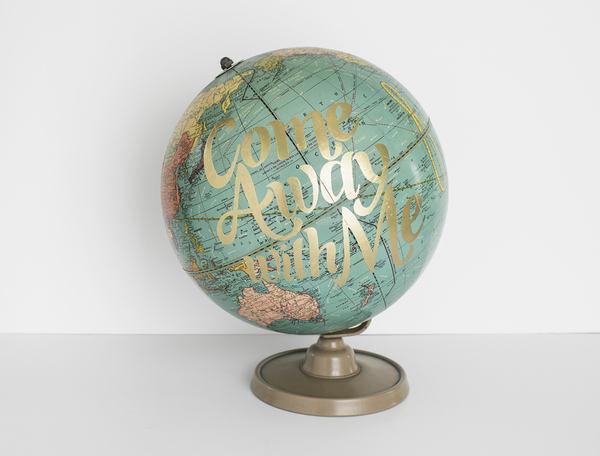 globo terráqueo con caligrafía