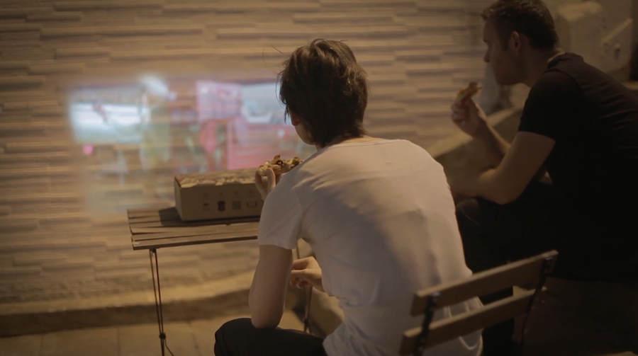 caja de pizza y proyector