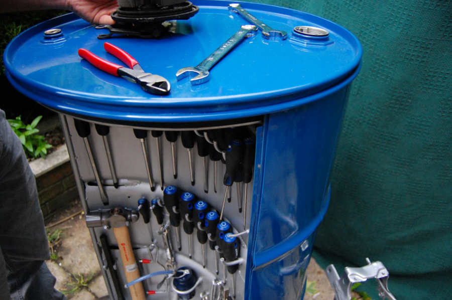 caja de herramientas en tambo