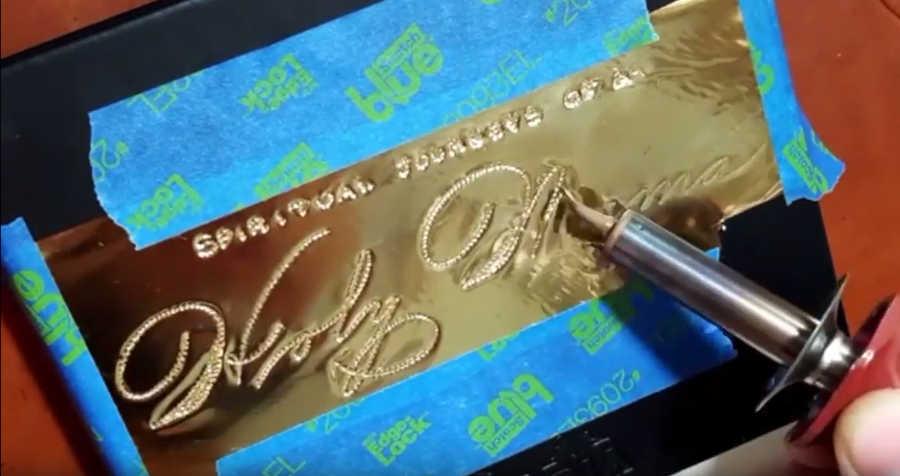 caligrafía con hojas de oro