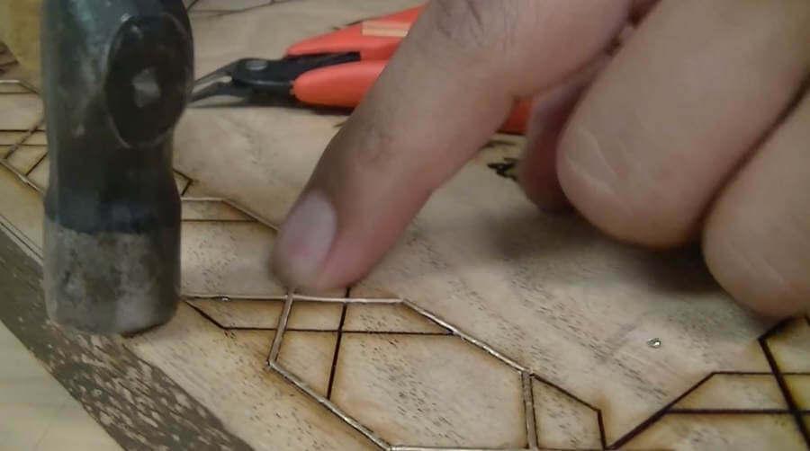 incrustar metal en madera