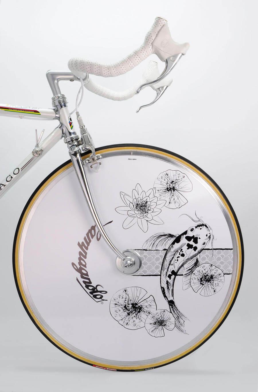 bicicleta customizada con elementos japoneses
