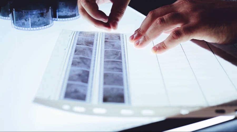 revelado de película fotográfica en blanco y negro