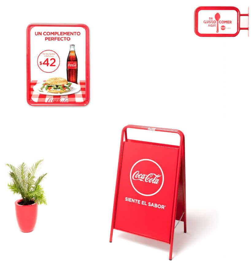 sillas y mesas de Coca-Cola