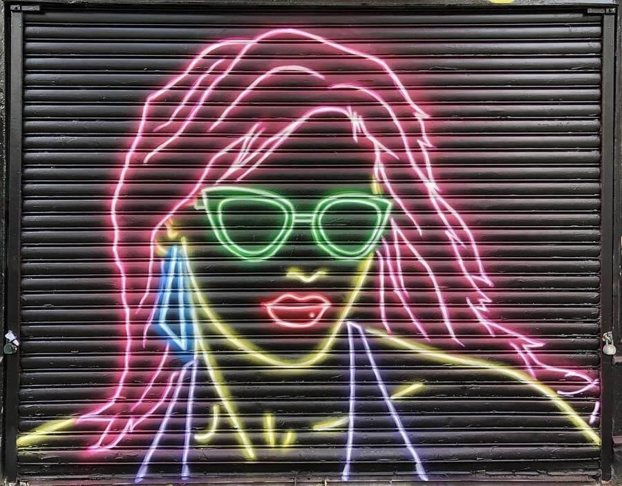 Graffiti con efecto de luces de neón